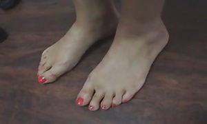 hispanic girl mother toes